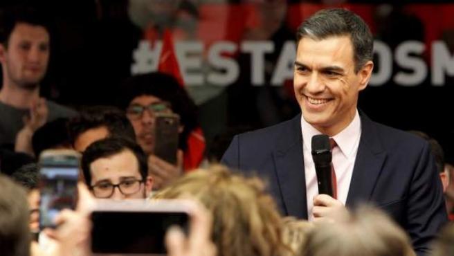 El candidato socialista a la presidencia del Gobierno, Pedro Sánchez, a su llegada a la sede de su partido, en Madrid, tras el debate electoral celebrado en Atresmedia.