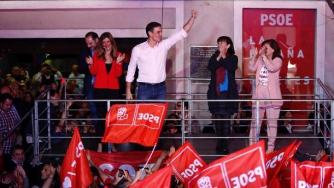 El candidato a la presidencia del Gobierno por el PSOE, Pedro Sánchez (c), agradece los votos a sus seguidores en la sede de Ferraz en Madrid.