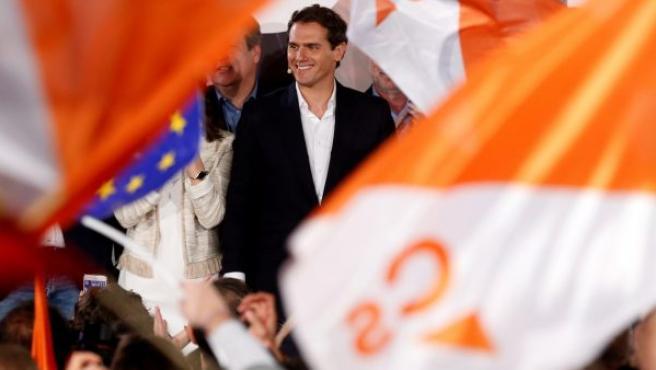 El líder de Ciudadanos Albert Rivera en la sede del partido, celebra los resultados con los seguidores de su partido en Madrid.