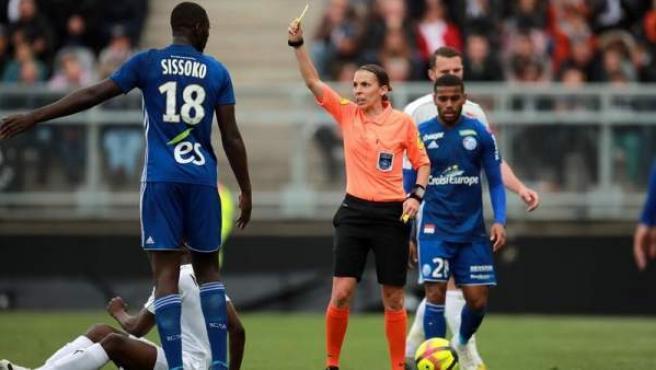 Stéphanie Frappart, primera árbitra en pitar un partido de la primera francesa