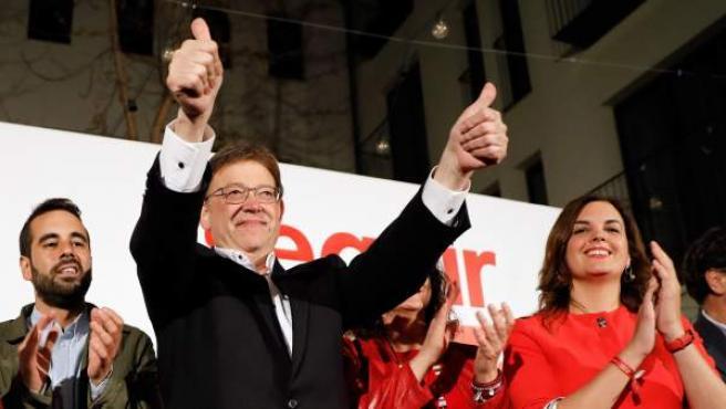 Puig celebra la victoria electoral del PSPV-PSOE en las elecciones autonómicas valencianas junto a otros dirigentes socialistas.