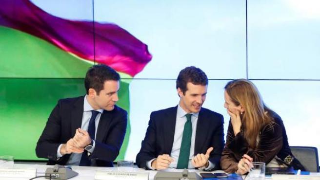 El secretario general del PP, Teodoro García-Egea (i), junto al presidente del PP, Pablo Casado (c), y la vicesecretaria general de comunicación del PP, Marta González (d), durante la reunión del Comité Ejecutivo Nacional del PP.