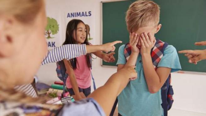Imagen de recurso en la que varios niños intimidan a un compañero de clase.