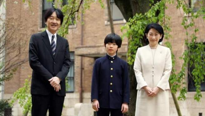 El príncipe Hisahito de Japón (en el centro), nieto del emperador Akihito, posa junto a sus padres, el príncipe Akishino y la princesa Kiko, antes de asistir a su ceremonia de ingreso en la escuela secundaria Ochanomizu, en Tokio (Japón).