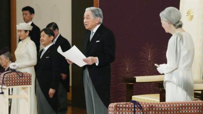El emperador Akihito (2-dcha) de Japón participa en la ceremonia en la que hizo su última declaración pública antes de su abdicación.