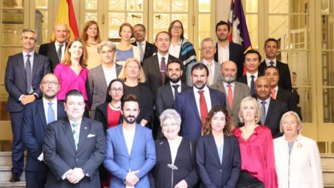 El Parlament conmemora la firma del Convenio de Viena y recibe el cónsul de Colombia, Diego Felipe Cadena
