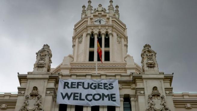 """Pancarta con la leyenda """"Refugees Welcome"""" en la fachada del Ayuntamiento de Madrid."""