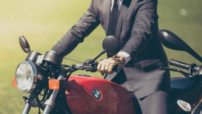 Una de las medidas podría ser la obligatoriedad de conducir con guantes, tanto en ciudad como en carretera.