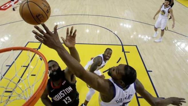 Kevin Durant bloquea un lanzamiento de James Harden en un momento de la eliminatoria entre Golden State y los Rockets