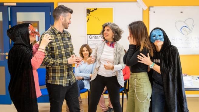 Pax Dettoni, creadora del programa, junto a varios maestros que se están preparando empleando técnicas teatrales para formar a otros docentes.