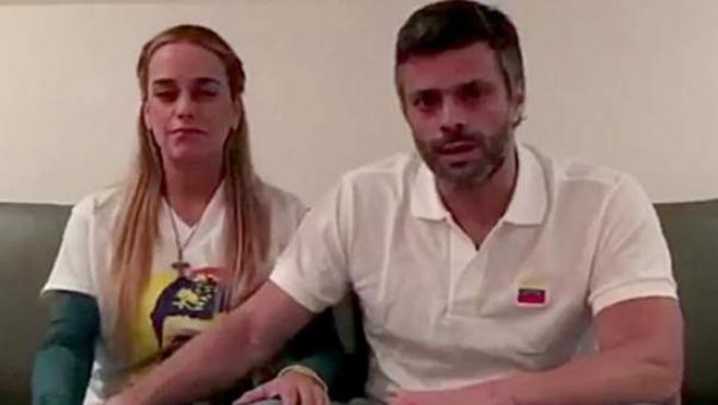 Imagen de archivo de Leopoldo López junto a su esposa Lilian Tintori en su residencia en Caracas.
