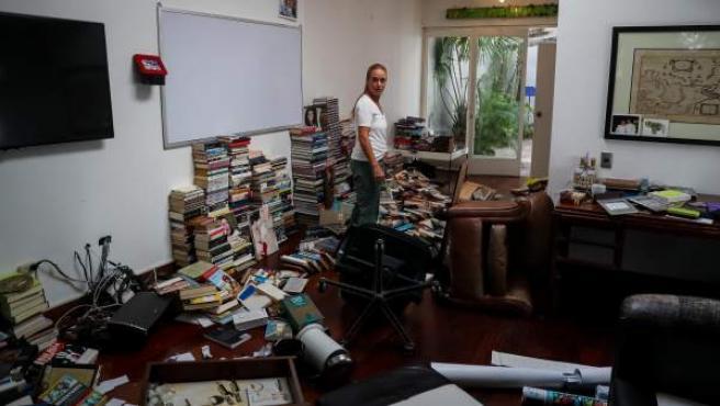 Lilian Tintori, esposa de Leopoldo López, recorre su casa este miércoles en Caracas (Venezuela) después de que esta fuera allanada y robada.