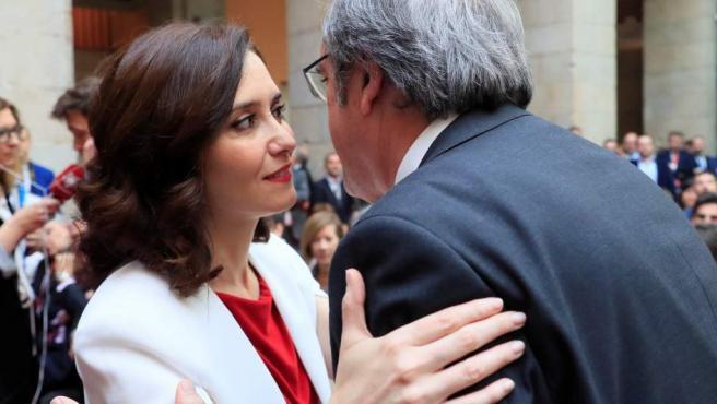 El candidato del PSOE-M a la Comunidad de Madrid, Ángel Gabilondo, saluda a la candidata del PP, Isabel Díaz Ayuso, durante los actos conmemorativos de la festividad del Dos de Mayo.