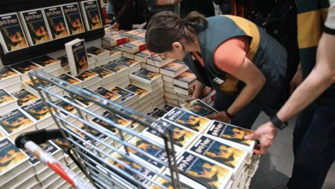 Libreros preparando ejemplares para la venta del último libro de la saga Harry Potter en julio de 2007.