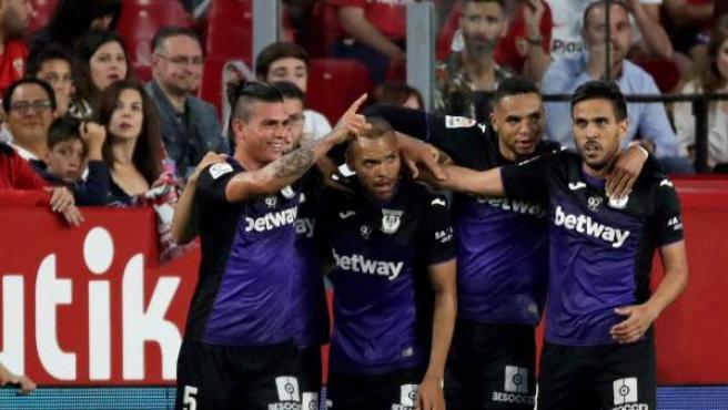 Los jugadores del Leganés celebran un gol en el estadio del Sevilla.