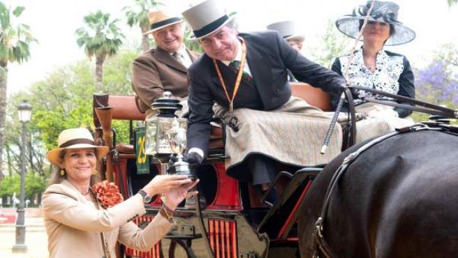 Sevilla.-Infanta Elena entrega el trofeo de campeón del concurso de enganches 'Ciudad de Sevilla' a Jacinto Planas Ros