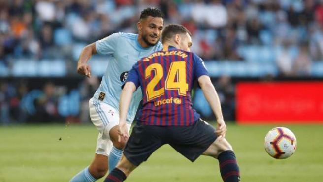 Vermaelen pugna por un balón con Boufal en el Celta-Barcelona.