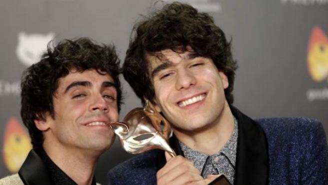 Javier Ambrossi y Javier Calvo posan con su premio Ferroz por 'La llamada'.