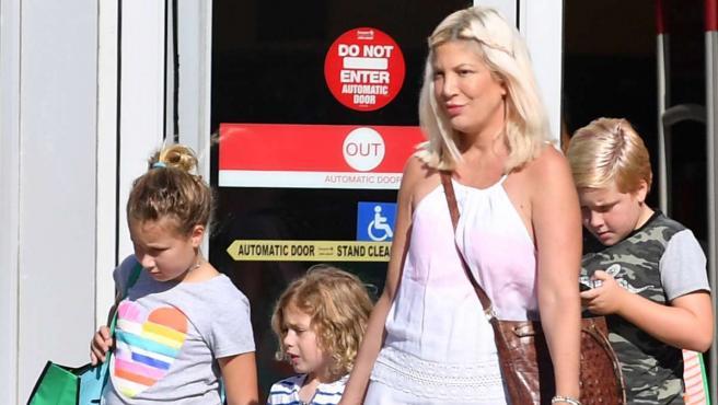 La actriz Tori Spelling con tres de sus hijos.