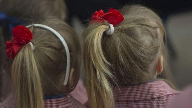 Dos niñas en el colegio.