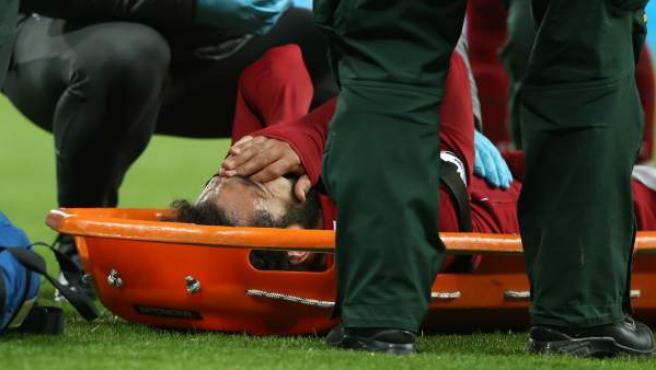 Salah se retira lesionado en camilla tras sufrir un golpe en la cabeza durante el Newcastle-Liverpool.