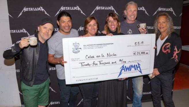 Metallica dona 25.000 euros a la asociación 'Calor en la Noche'.