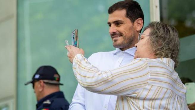 Iker Casillas es abordado por una mujer para hacerse un selfie.