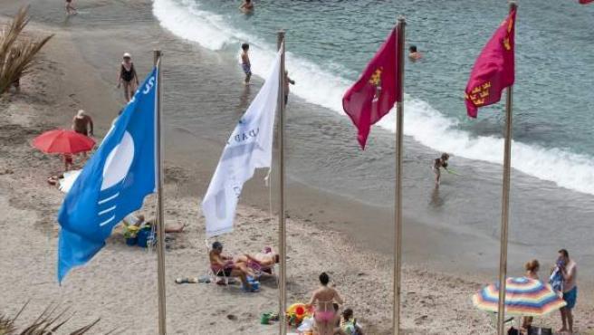 Izado banderas azules.
