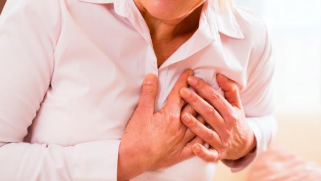 El síntoma más habitual es un dolor muy fuerte en el centro del pecho que no se alivia.