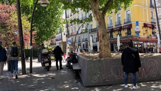 Un policía solicita la documentación a unos jóvenes en la plaza Tirso de Molina, uno de los lugares donde es frecuente la venta de drogas.