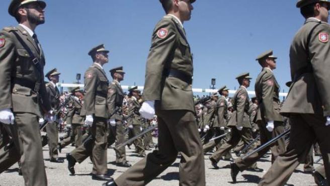 Soldados desfilando en la academia militar básica de suboficiales de Talarn, en Lleida, en una entrega de despachos.
