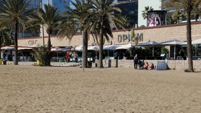 Playa del Somorrostro de Barcelona con la discoteca Opium al fondo.
