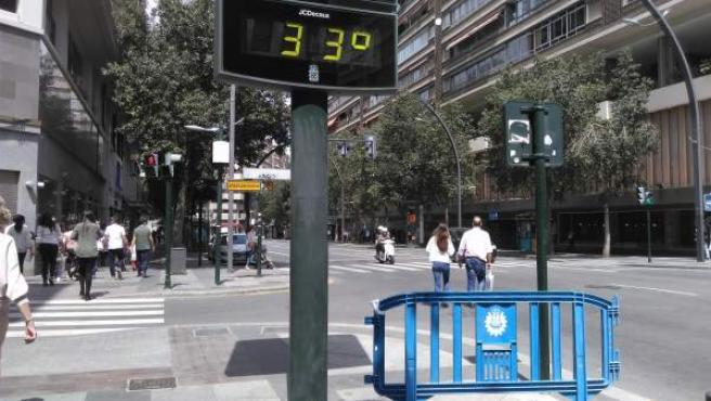 Imagen de archivo de un termómetro marcando 33 grados.