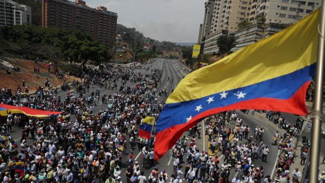Cientos de venezolanos se toman las calles de Caracas (Venezuela) este miércoles, un día después del efímero levantamiento militar encabezado por el jefe del Parlamento, Juan Guaidó.