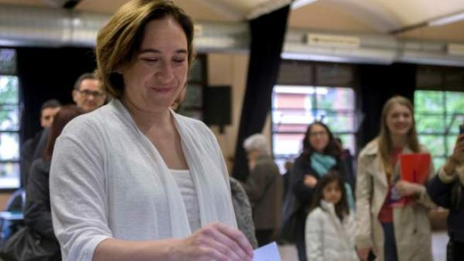 La alcaldesa de Barcelona, Ada Colau, ejerce su derecho al voto en el Centro Cívico de La Sedeta.