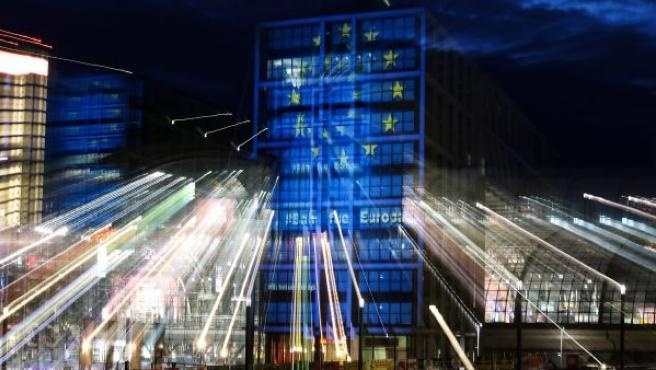 La principal estación de trenes de Berlín permanece iluminada con los colores de la bandera europea.