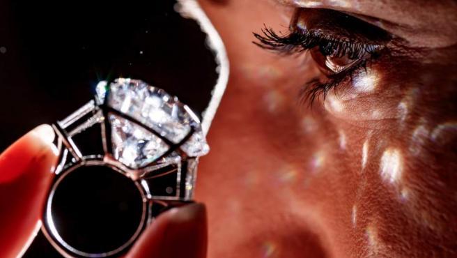 Diamante de 36,57 quilates engarzado en un anillo durante la presentación de una subasta de joyas que se va a celebrar en Ginebra (Suiza).