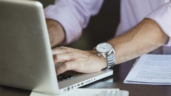 Imagen de recurso de un hombre con un ordenador.