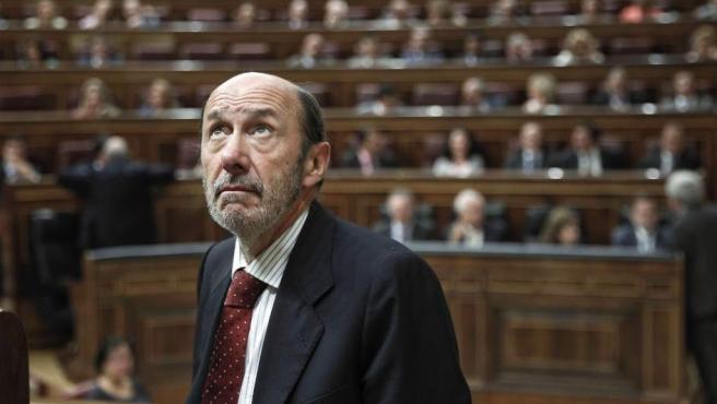 El secretario general del PSOE, Alfredo Pérez Rubalcaba, observa el techo del Congreso antes de un pleno, en una imagen de archivo.