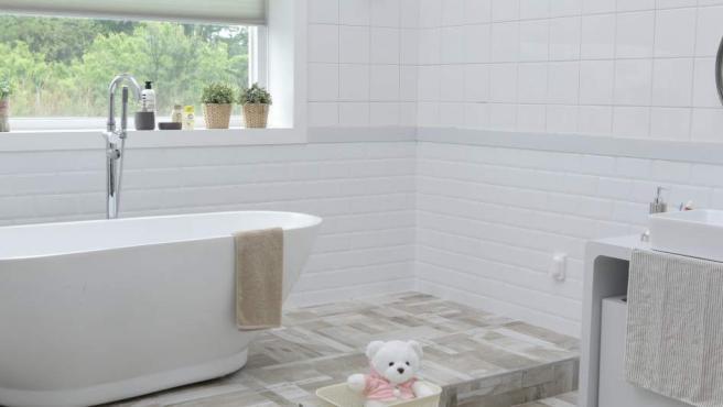 Son muchas personas las que deciden llevarse el smartphone al baño, lo cual es un grandísimo error. La humedad es una de las grandes enemigas del teléfono y está muy presente cuando nos duchamos, lo que puede afectar a su rendimiento. Además, el riesgo de que caiga al váter, la ducha o el lavabo es alto.