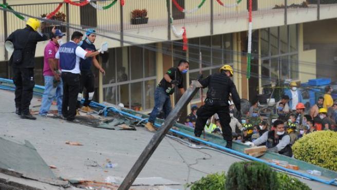 Equipos de emergencia y voluntarios trabajan en las tareas de rescate en el Colegio Enrique Rebsamen, que se derrumbó tras el terremoto en Ciudad de México.