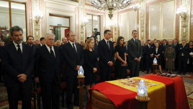 Los reyes, el presidente del Gobierno en funciones, Pedro Sánchez y políticos de todas las siglas velan en la capilla ardiente a Alfredo Pérez Rubalcaba.