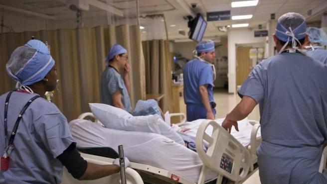 Médicos trabajando.