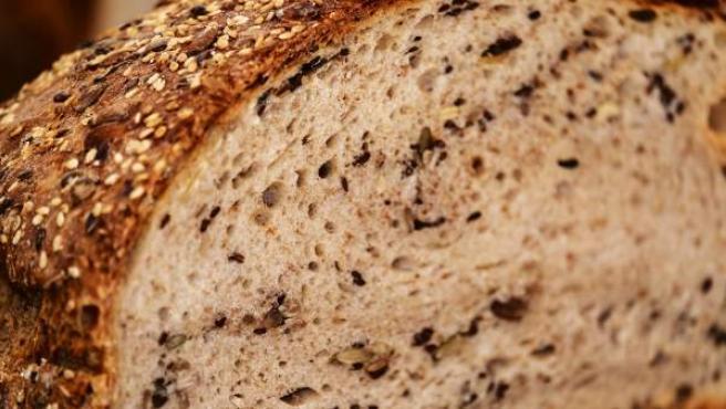 Imagen de un pan de diferentes cereales.