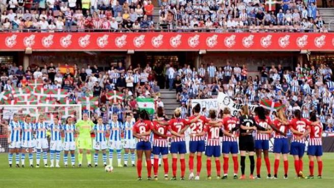 Minuto de silencio antes de la final de la Copa de la Reina entre Atlético y Real Sociedad.