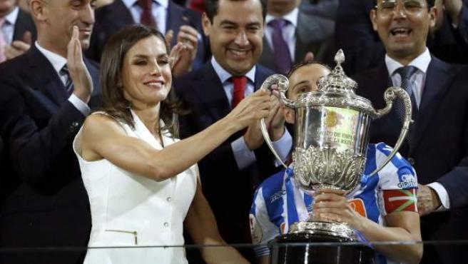 La reina Letizia entrega la Copa de la Reina a la capitana de la Real Sociedad, Sandra Ramajo, tras ganar la final al Atlético de Madrid.