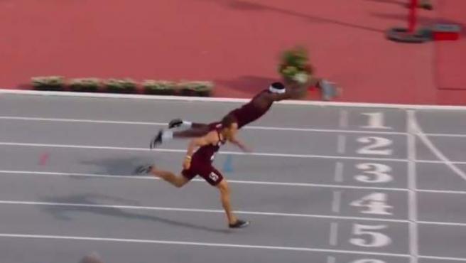 El velocista del Texas A&M se lanza de cabeza sobre la línea de meta.