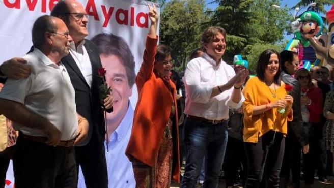 Carmen Calvo, en el centro, en un acto electoral en Fuenlabrada.