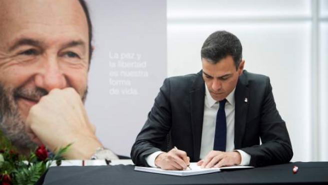 El secretario general del PSOE y presidente del Gobierno en funciones, Pedro Sánchez, acude a firmar el libro de condolencias del PSOE.