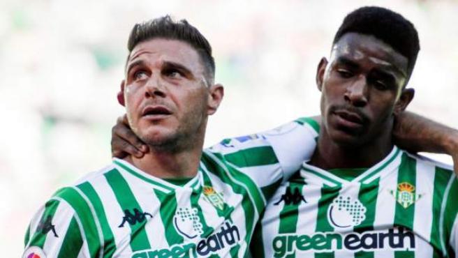 Joaquín y Junior celebran el gol del capitán bético.